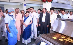 Gujarat Chief Minister Anandiben Patel inaugurates Surat kitchen