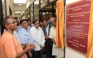 Dignitaries inaugurating the lab